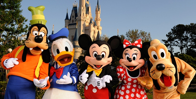 personnages disney devant le chateau de disneyland paris