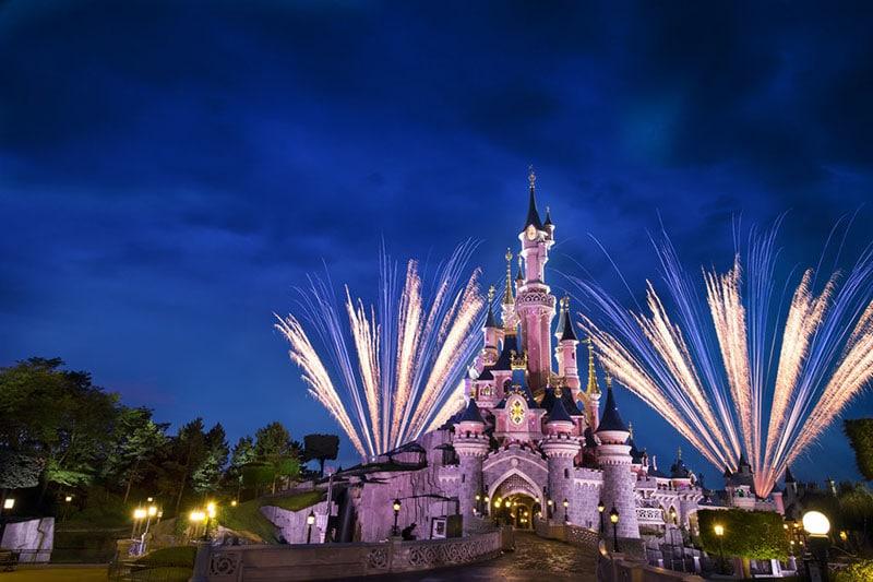 feu d'artifice sur le chateau de la belle au bois dormant à paris