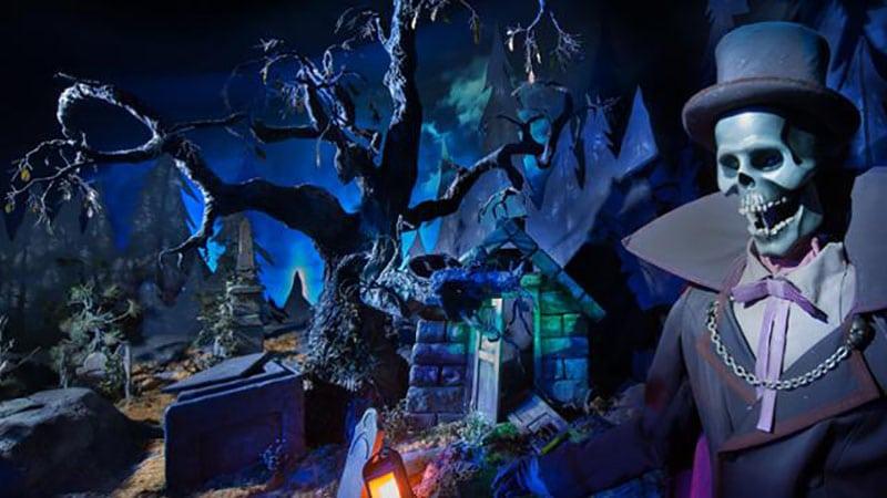 a l'interieur du Phantom Manor Disneyland paris